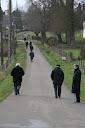 Entre les instructions les prêtres méditent en marchant