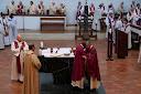 Le baiser de Paix entre le Cardinal Sarah et Mgr. Aillet