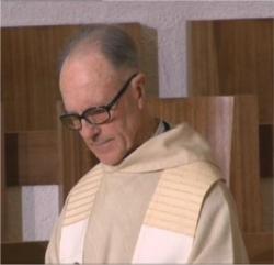 Père Adrien à l'église