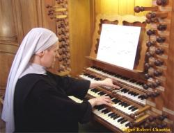 Sr Marie-Véronique à l'orgue de la cathédrale de Dax